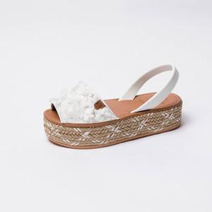 Sandalia con Flores Blancas