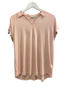 Camiseta cuello pico rosa
