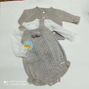 Conjunto de ranita, camisa y chaqueta de bebé
