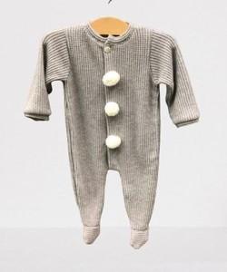 Pelele para bebé de punto gris con pompones.