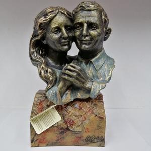 Escultura pareja aniversario caras unidas