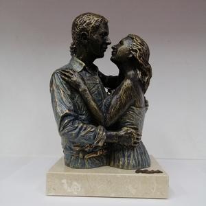 Escultura pareja mirada de frente