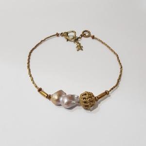 Gargantilla bronce con perla barroca.