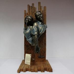 Escultura pareja medio cuerpo cogidos de la mano.