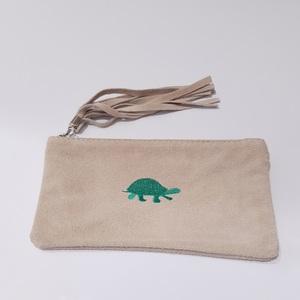 Monedero de ante con bordado tortuga