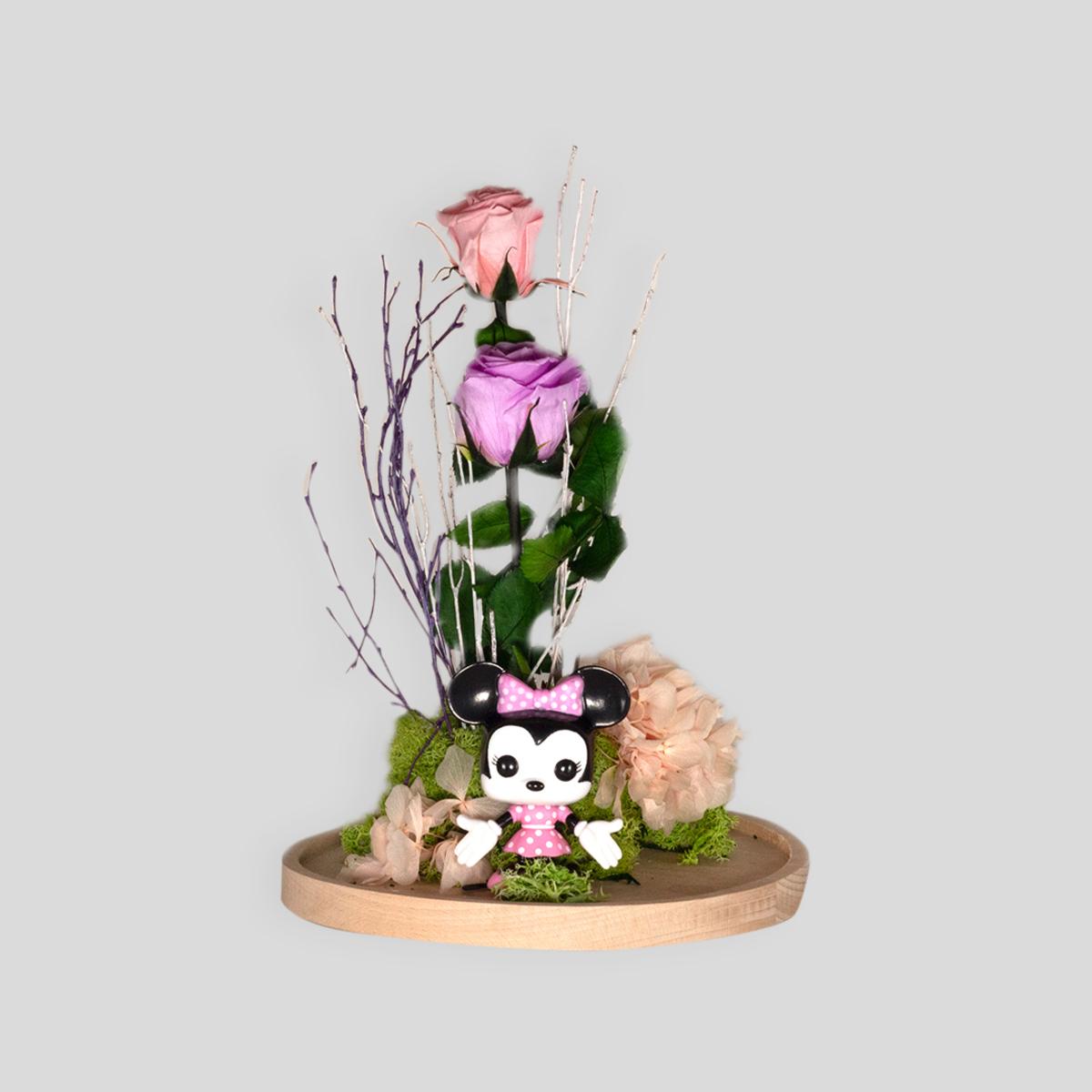 Cúpula con rosas y muñeco