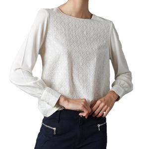 Camiseta cuello caja con bordado a tono
