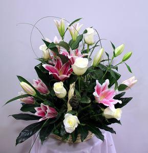 Cesta de rosas blancas y lilium rosa