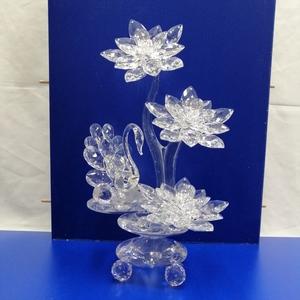Composicion de flores de cristal de roca con cisne