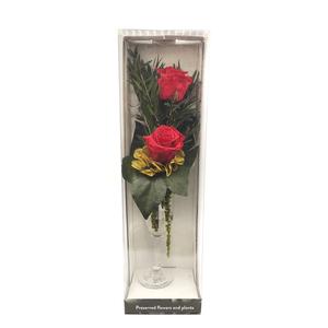 Rosas rojas eternas en copa de cristal.