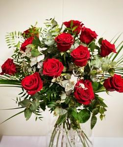 Ramo de 12 rosas rojas largas