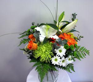 Ramo de flores blanco, naranja y verde