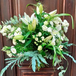 Ramo de flores naturales en tonos blancos