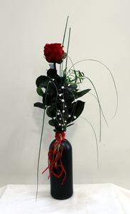 Rosa roja preservada en jarrón