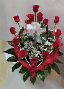 Centro 15 rosas con forma de corazón.