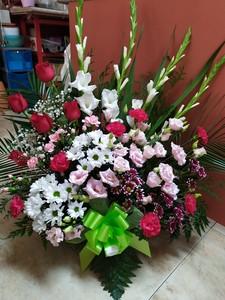 Centro flor natural variada con 5 rosas