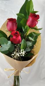 Ramo natural con tres rosas rojas