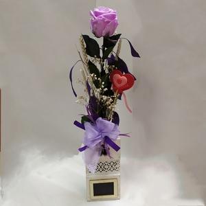 Rosa eterna lila en soporte de madera