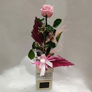 Rosa eterna rosa en recipiente de madera